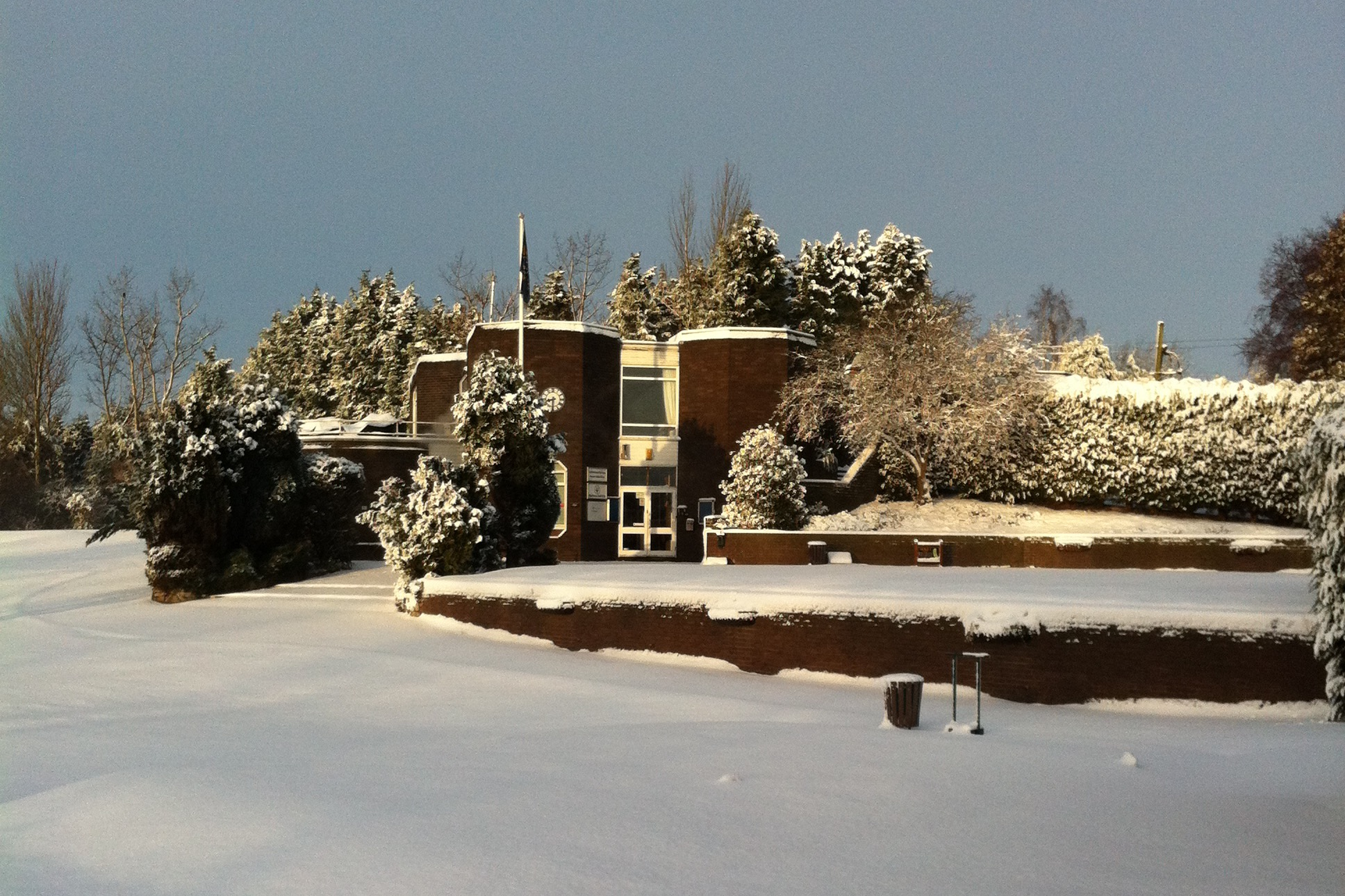The 1st tee & Clubhouse during winter